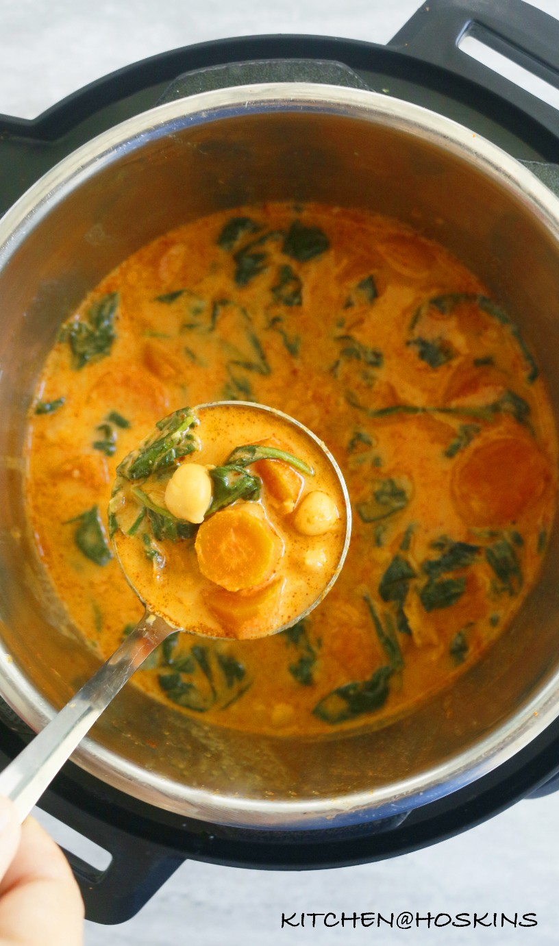 olla instantánea garbanzos tailandeses y espinacas al curry