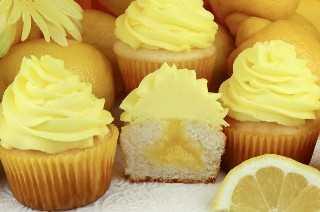 """Magdalenas con crema de limón y glaseado de crema batida de limón: deliciosas magdalenas rellenas de crema de limón casera, dulce y rica con nuestro ligero y cremoso helado de crema batida de limón. Esta es una forma súper fácil de llevar Lemon Cupcakes al siguiente nivel. Las recetas caseras de magdalenas nunca fueron tan fáciles. Pin esta receta de cupcake de limón para más adelante y síganos para obtener más ideas de Recetas de Cupcake. #Cupcakes #LemonDesserts #LemonCupcakes #LemonCurd """"width ="""" 800 """"height ="""" 530 """"data-pin-description ="""" Cupcakes con Lemon Curd y Lemon Whipped Cream Frosting - Deliciosos cupcakes rellenos con Lemon Curd casero dulce, rico y cubierto con nuestro Ligero y cremoso Lemon Whipped Cream Frosting. Esta es una forma súper fácil de llevar Lemon Cupcakes al siguiente nivel. Las recetas caseras de magdalenas nunca fueron tan fáciles. Pin esta receta de cupcake de limón para más adelante y síganos para obtener más ideas de Recetas de Cupcake. #Cupcakes #LemonDesserts #LemonCupcakes #LemonCurd """"srcset ="""" https://www.twosisterscrafting.com/wp-content/uploads/2019/06/cupcakes-with-lemon-curd-and-lemon-whipped-cream-frosting- main.jpg 800w, https://www.twosisterscrafting.com/wp-content/uploads/2019/06/cupcakes-with-lemon-curd-and-lemon-whipped-cream-frosting-main-600x398.jpg 600w, https://www.twosisterscrafting.com/wp-content/uploads/2019/06/cupcakes-with-lemon-curd-and-lemon-whipped-cream-frosting-main-768x509.jpg 768w, https: // www .twosisterscrafting.com / wp-content / uploads / 2019/06 / cupcakes-with-lemon-curd-and-lemon-whipped-cream-frosting-main-735x487.jpg 735w """"tamaños ="""" (ancho máximo: 800px) 100vw, 800px """"/></p> <h2>Nuestras magdalenas con crema de limón y glaseado de crema batida de limón son deliciosas magdalenas rellenas de crema de limón casera, dulce y rica con nuestro ligero y cremoso helado de crema batida de limón. Delicioso</h2> <p>Estamos en el lugar ideal para el postre de limón en Two Sisters: bares, pastelitos, gallet"""