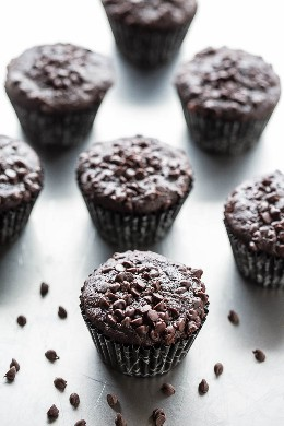 Muffins de chocolate y calabacín sobre encimera con mini chips de chocolate