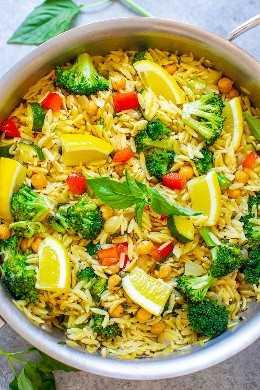 Lezo Basil Orzo and Vegetables - ¡Una receta vegana FÁCIL lista en 30 minutos que hace que sea fácil comer tus verduras mientras disfrutas de las comodidades de la pasta! ¡El limón y la albahaca hacen que el plato tenga un sabor fresco y ligero!