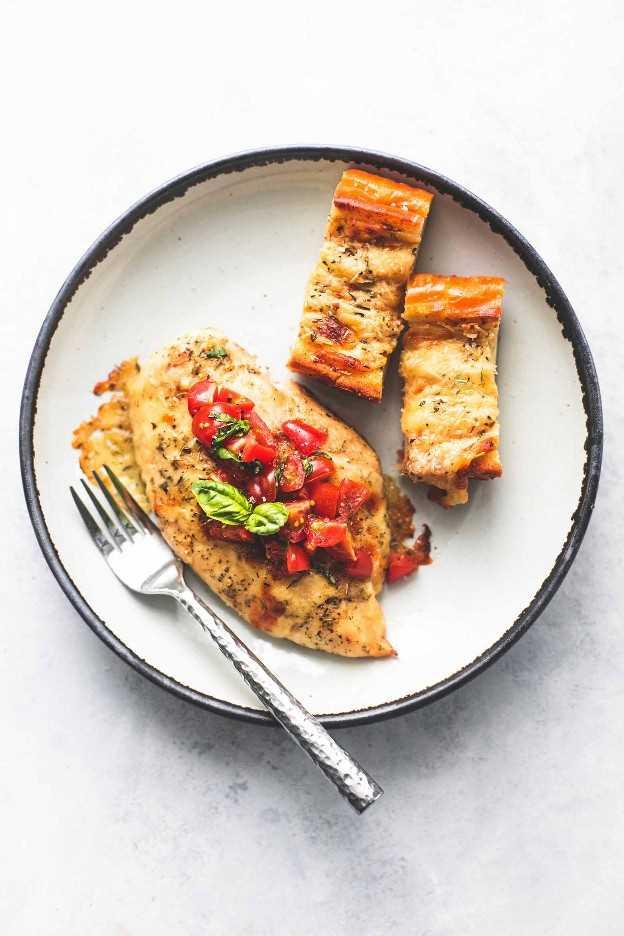 Sheet Pan Bruschetta Chicken and Cheesy Pan de ajo Receta fácil de cena en una sartén | lecremedelacrumb.com