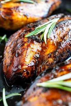 Receta de pechuga de pollo jugosa que está cubierta con un glaseado balsámico de miel.