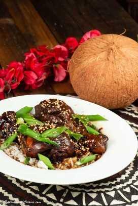 Un plato de pollo samoano sobre arroz de coco