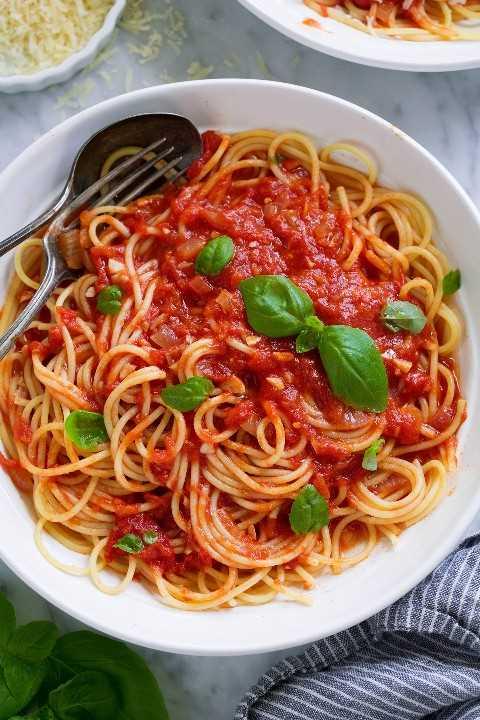 Salsa marinara con espagueti en un tazón de pasta.