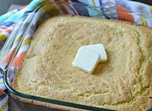 pan de maíz con mantequilla