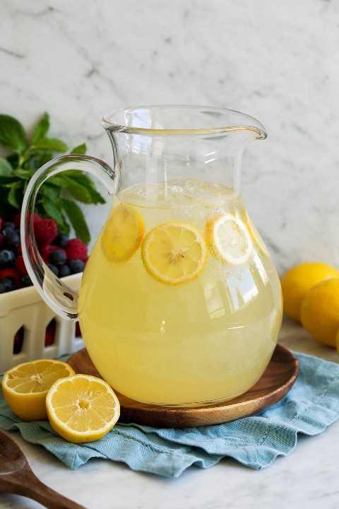Limonada en una jarra grande de vidrio.