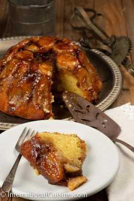 Una tarta asada con caramelo y plátanos.