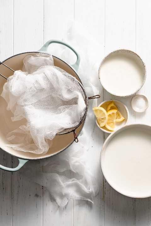 Ingredientes y equipo necesarios para hacer el queso ricotta que se muestra aquí.