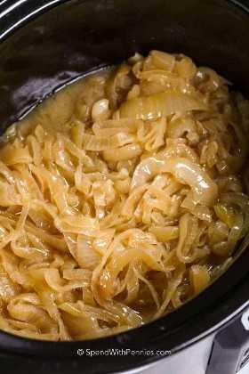 Cebollas caramelizadas en la olla de cocción lenta.