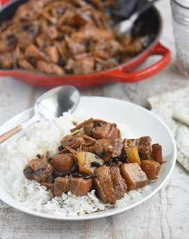 humba de cerdo con arroz al vapor en un plato