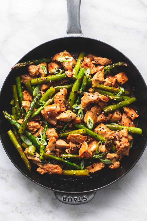 Receta de cena salteada de pollo y espárragos fácil y saludable | lecremedelacrumb.com