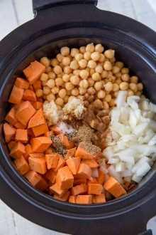 El guiso de camote y garbanzos hecho en la olla de barro es una receta fácil de preparar.
