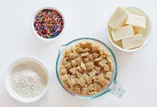 Ingredientes para o bolo de aniversário do filhote de cachorro Chow