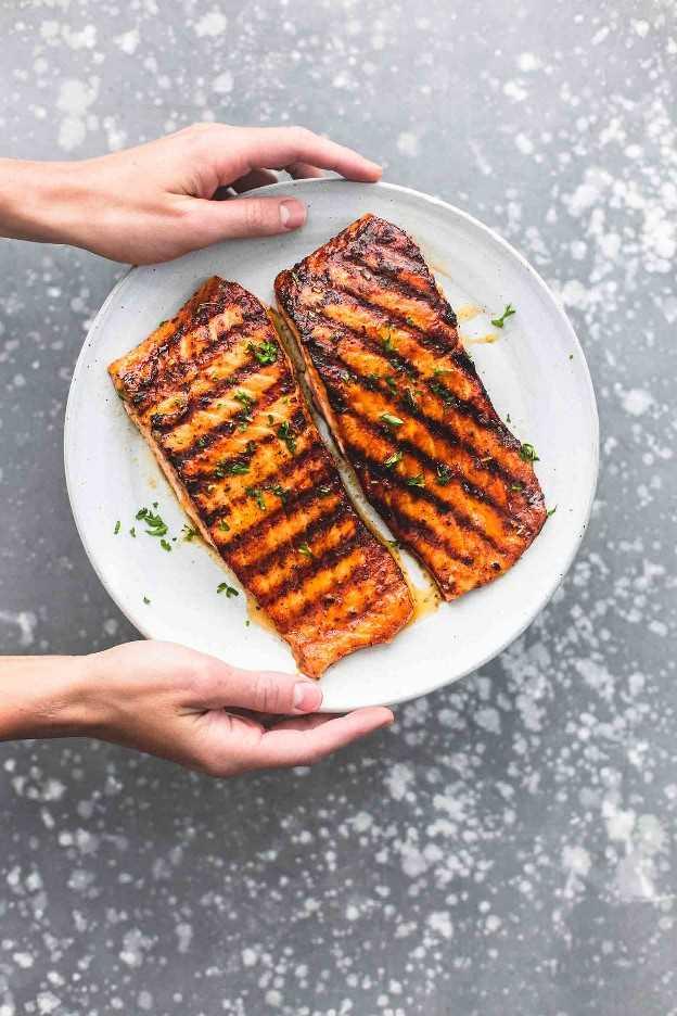 Cajun Honey Butter Salmón a la parrilla receta fácil cena saludable   lecremedelacrumb.com