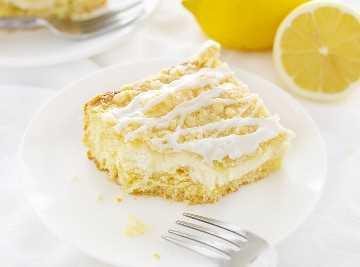 Pedazo de pastel de café con crema de limón y queso con bocado