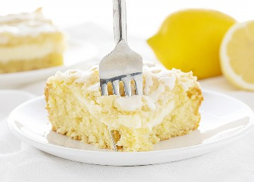 Tenedor tomando un bocado de pastel de café con limón