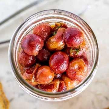 uvas tostadas en un frasco