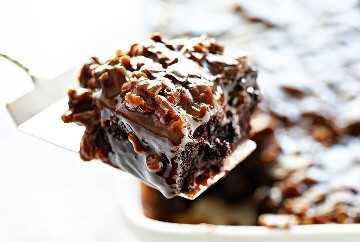 Sirviendo pastel de chocolate con glaseado de nuez