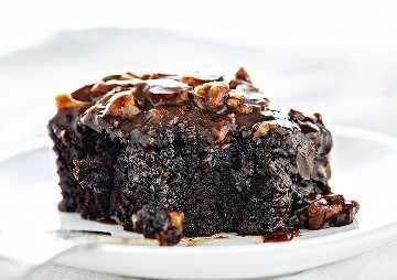Rebanada de pastel de chocolate con bocado sacado