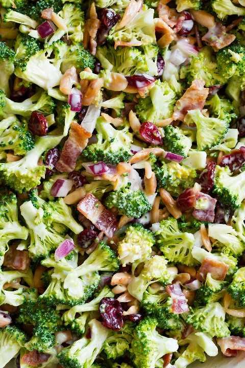 Salada de brócolis close-up mostrando ingredientes