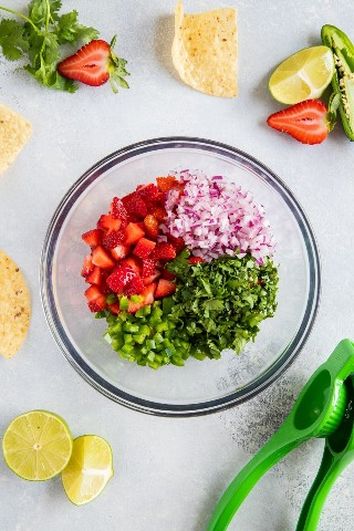 "Ingredientes de salsa de fresa seccionados en un recipiente antes de mezclar. ""class ="" wp-image-11621 ""srcset ="" https://i0.wp.com/smartlittlecookie.net/wp-content/uploads/2019/08/Strawberry-Salsa-Smart-Little-Cookie-1.jpg ? resize = 800% 2C1200 & ssl = 1 800w, https://i0.wp.com/smartlittlecookie.net/wp-content/uploads/2019/08/Strawberry-Salsa-Smart-Little-Cookie-1.jpg?resize= 120% 2C180 & ssl = 1 120w, https://i0.wp.com/smartlittlecookie.net/wp-content/uploads/2019/08/Strawberry-Salsa-Smart-Little-Cookie-1.jpg?resize=260%2C390&ssl = 1 260w, https://i0.wp.com/smartlittlecookie.net/wp-content/uploads/2019/08/Strawberry-Salsa-Smart-Little-Cookie-1.jpg?resize=768%2C1152&ssl=1 768w , https://i0.wp.com/smartlittlecookie.net/wp-content/uploads/2019/08/Strawberry-Salsa-Smart-Little-Cookie-1.jpg?resize=400%2C600&ssl=1 400w, https: //i0.wp.com/smartlittlecookie.net/wp-content/uploads/2019/08/Strawberry-Salsa-Smart-Little-Cookie-1.jpg?resize=300%2C450&ssl=1 300w, https: // i0 .wp.com / smartlittlecookie.net / wp-content / uploads / 2019/08 / Strawberry-Salsa-Smart-Little-Cookie-1.jpg? resize = 600% 2C900 & ssl = 1 600w, https://i0.wp.com/smartlittlecookie.net/wp-content/uploads/2019/08/Strawberry-Salsa-Smart-Little-Cookie-1.jpg?w=1600&ssl=1 1600w ""tamaños = ""(ancho máx .: 800 px) 100vw, 800 px"" data-recalc-dims = ""1"