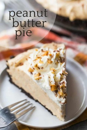 """Imagem de close-up de uma fatia de torta de manteiga de amendoim com chantilly, amendoim picado e raspas de chocolate, com uma sobreposição no texto acima que diz """"Torta de manteiga de amendoim""""."""