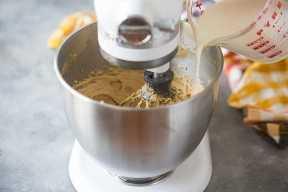 Regue o creme batido na mousse de manteiga de amendoim enquanto mexe.