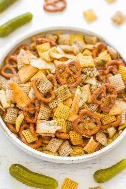 5-Minute Dill Pickle Chex Mix - ¡Los amantes del Pickle se preparan para esta ADXTADAMENTE increíble Chex Mix! ¡De sabor robusto con condimento de rancho, eneldo y jugo de pepinillos! ¡Rápido, FÁCIL y una merienda perfecta para la fiesta!