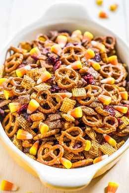 Mezcla Chex de especias de calabaza de 5 minutos: ¡dos tipos de Chex, maní, pretzels, arándanos secos y maíz dulce! ¡Peligrosamente rápido, súper fácil y TAN LOCO BUENO!