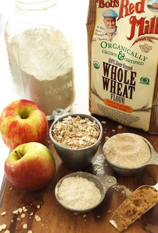 Tabla de cortar con ingredientes para hacer pastel de pan de jengibre vegano con manzana