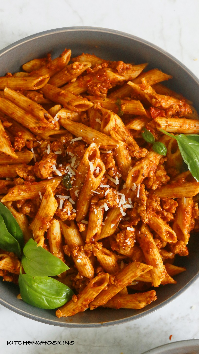 pasta instantánea con salsa de carne de pollo
