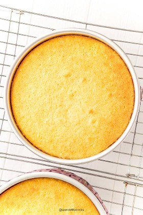 Foto aérea de pasteles amarillos en moldes para pasteles enfriándose sobre una rejilla.