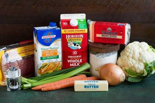 Los ingredientes necesarios para la sopa de coliflor se muestran aquí.