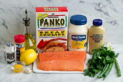 Ingredientes necesarios para hacer empanadas de salmón, como mayonesa, mostaza dijon, panko, aceite de oliva, cebolla verde, perejil, salmón, limón, yema de huevo, ajo, condimento de laurel, sal y pimienta.