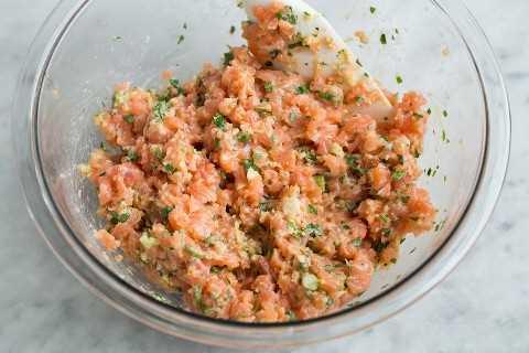 Mostrando cómo debería ser la mezcla de empanada de salmón terminada.