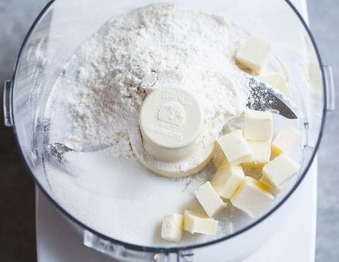 Muestra cómo hacer muffins de arándanos, mantequilla, harina y azúcar para rellenar en el procesador de alimentos.