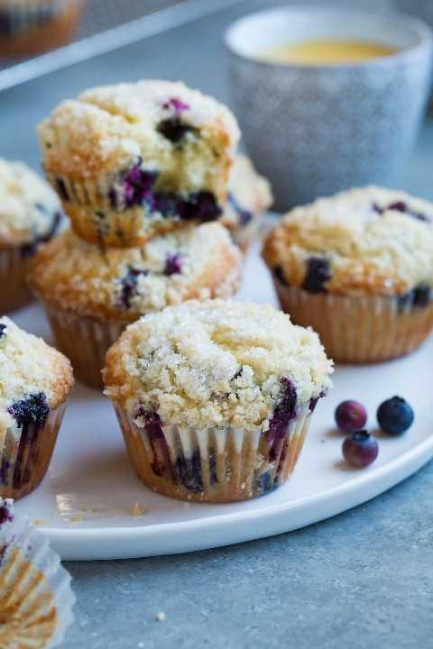 Muffins de arándanos mostrando migajas topping.
