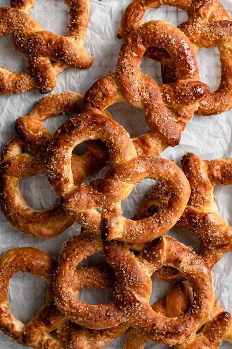 Imagen de un montón de pretzels suaves.