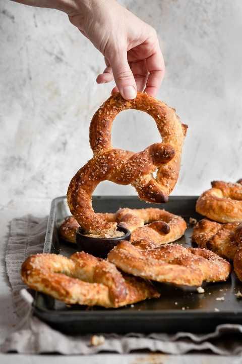 Sumerja el pretzel en la salsa de mostaza.