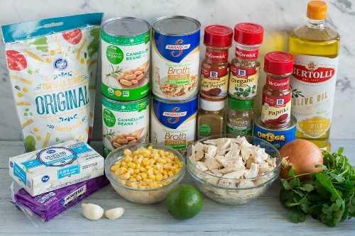Los ingredientes necesarios para hacer el chile de pollo blanco que se muestra aquí.