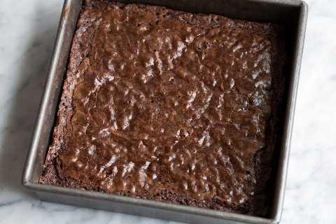 Brownies horneados en una fuente para horno.