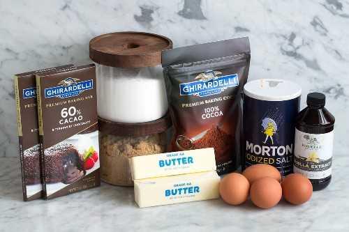 Ingredientes necesarios para hacer el pastel de chocolate que se muestra aquí.
