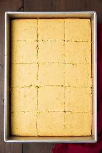 El mejor pan de maíz casero en sartén, cortado, listo para servir