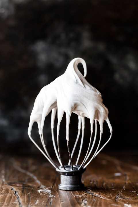 """crema de malvavisco casera """"width ="""" 600 """"height ="""" 900 """"data-pin-description ="""" Cómo hacer mousse de chocolate s'mores con crema de malvavisco casera en sallysbakingaddiction.com """"srcset ="""" https://cdn.sallysbakingaddiction.com /wp-content/uploads/2019/07/marshmallow-cream.jpg 1200w, https://cdn.sallysbakingaddiction.com/wp-content/uploads/2019/07/marshmallow-cream-500x750.jpg 500w, https: / /cdn.sallysbakingaddiction.com/wp-content/uploads/2019/07/marshmallow-cream-600x900.jpg 600w """"tamaños ="""" (ancho máximo: 600px) 100vw, 600px """"/></p> <h2>Monta la mousse de chocolate S'mores</h2> <p>La mousse de chocolate debe enfriarse durante al menos 3 horas antes de servir. La etapa de enfriamiento crea esa textura fría, cremosa y similar a la mousse. Por lo tanto, recomiendo colocar la mousse en tazas de natillas, moldes o pequeños tarros con las migas de galletas Graham antes de enfriar. Enfríe en el refrigerador, luego prepare la crema de malvavisco y póngala sobre cada taza de mousse en capas.</p> <p>Solo uso la antorcha de mi cocina algunas veces al año, pero cuando la necesito, estoy TAN agradecido de tenerla. ¡Diablos, no puedes hacer una increíble crema sin él! Qué diferencia hace esta herramienta en el sabor y la textura de sus postres. Sácalo y tuesta la cobertura de malvavisco.</p> <p>¡No te arrepentirás!</p> <p><img class="""