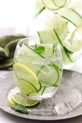 agua de pepino con limón, lima y menta en un vaso con hielo
