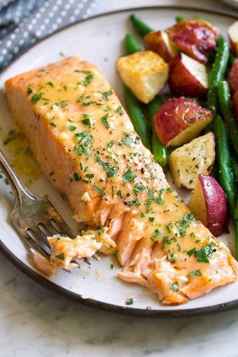 Filete de salmón en escamas en un plato para servir.