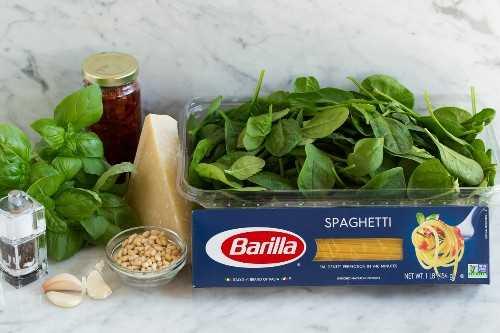 ingredientes de pasta de tomate secado al sol sobre encimera de mármol