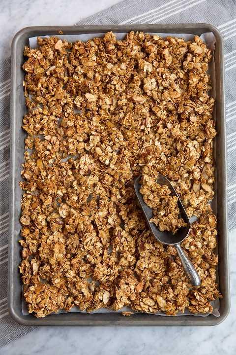 Granola em uma assadeira após o cozimento.