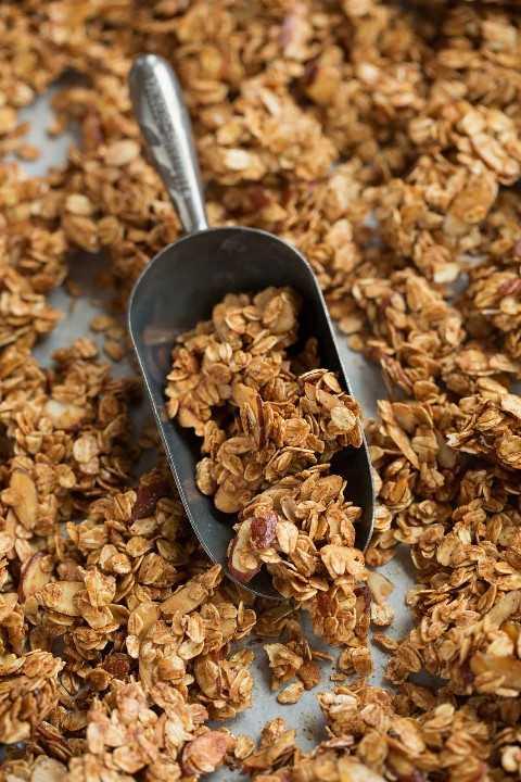 Granola é mostrado em uma colher.
