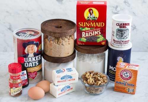 Los ingredientes necesarios para hacer galletas de avena se muestran aquí.